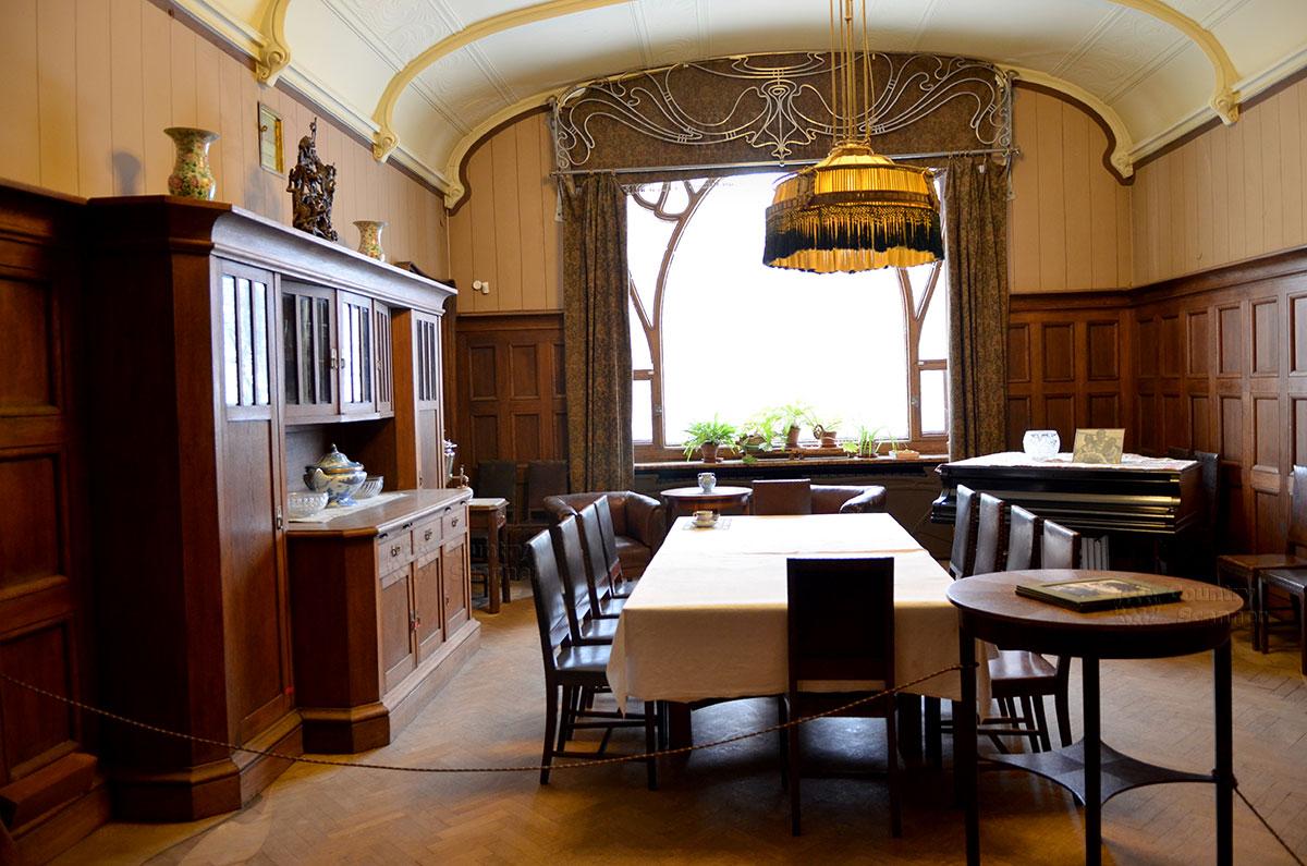 Первое помещение музея Горького, служащее и столовой, и гостиной для встреч литераторов и других деятелей искусства. Хозяйское место отмечено единственной на столе чайной парой.