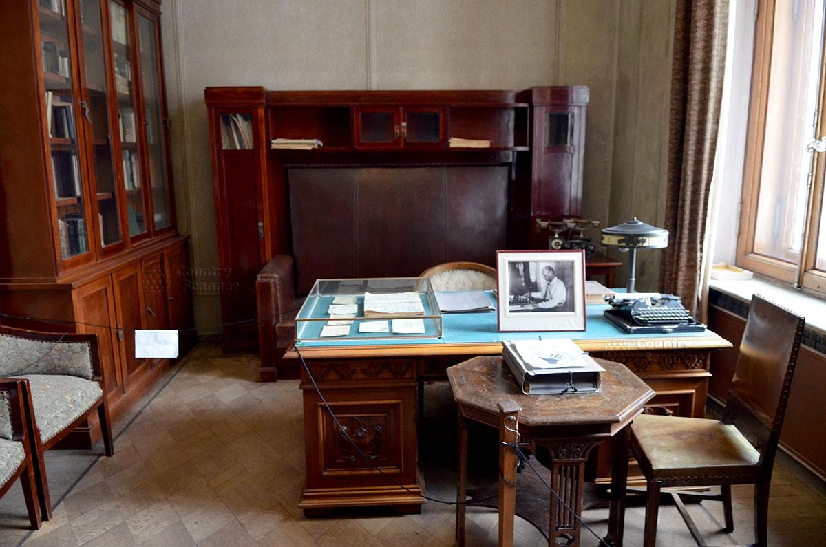 Комната для личного секретаря, одно из помещений музея Горького. Секретарские письменный стол и стул, позади диван для диктующего писателя.