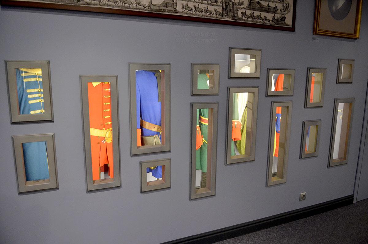 Принимаемая издали за коллекцию абстрактных картин одна из выставок постоянных залов музея Лефортово. Таким образом оформлена экспозиция покроев воинского обмундирования минувших эпох.