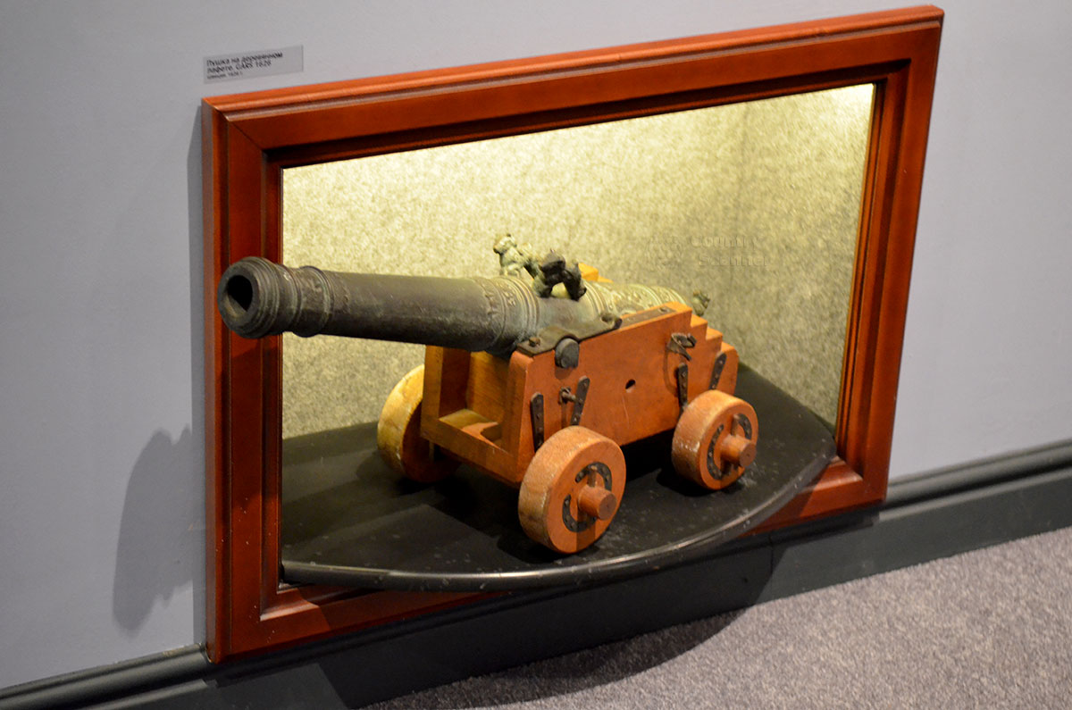 Пушка типа Единорог, гладкоствольное орудие российской армии. Фантастические звери, давшие имя этому грозному оружию, украшают отлитый из бронзы ствол в одной из витрин музея Лефортово.