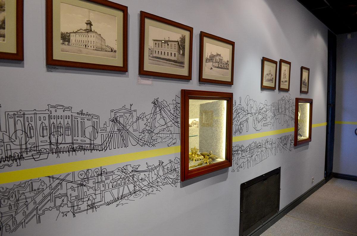 На этом снимке иллюстрируется основная идея новой экспозиции музея Лефортово – размещение экспонатов относительно Горизонта времени. Его олицетворяет горизонтальная желтая линия по стенам залов, проведенная среди исторической инсталляции размашистыми штрихами.
