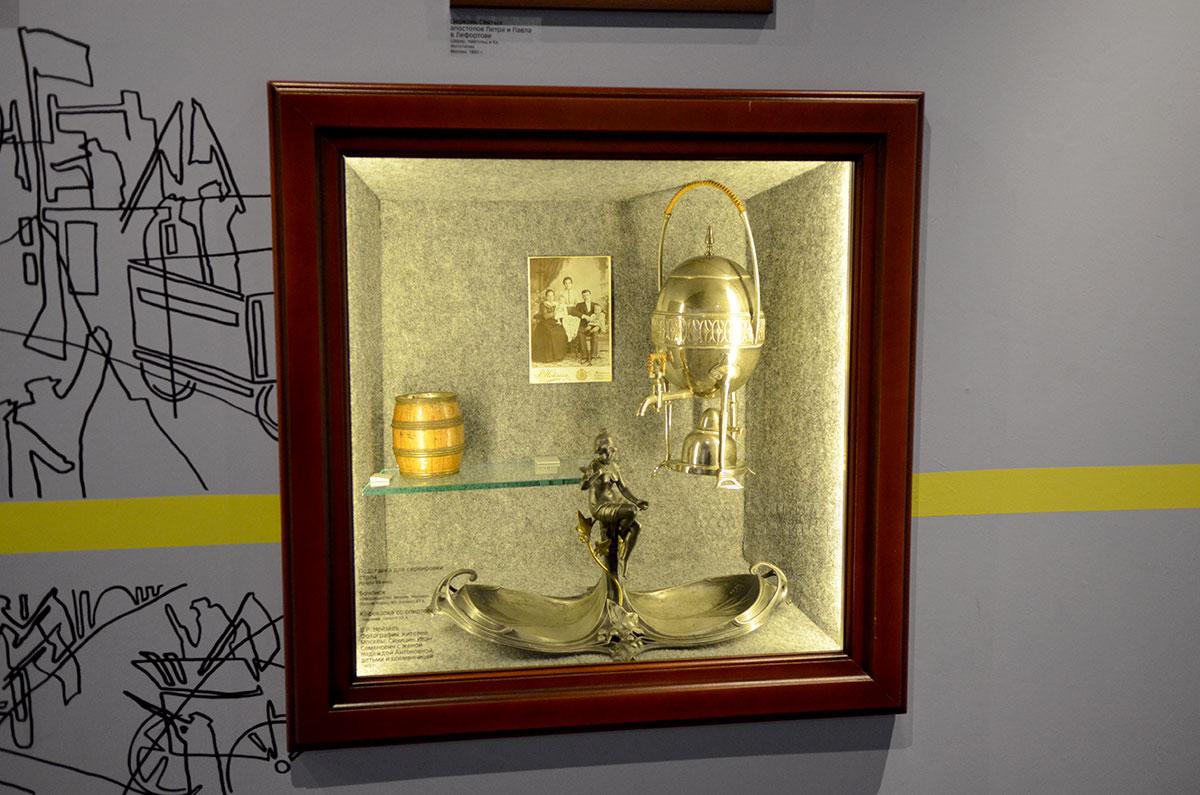 Одна из своеобразных витрин музея Лефортово представляет посетителям семейные реликвии обитателей Лефортовской слободы. Фотография, сувенирный самовар и другие изделия – тоже свидетели давних времен.