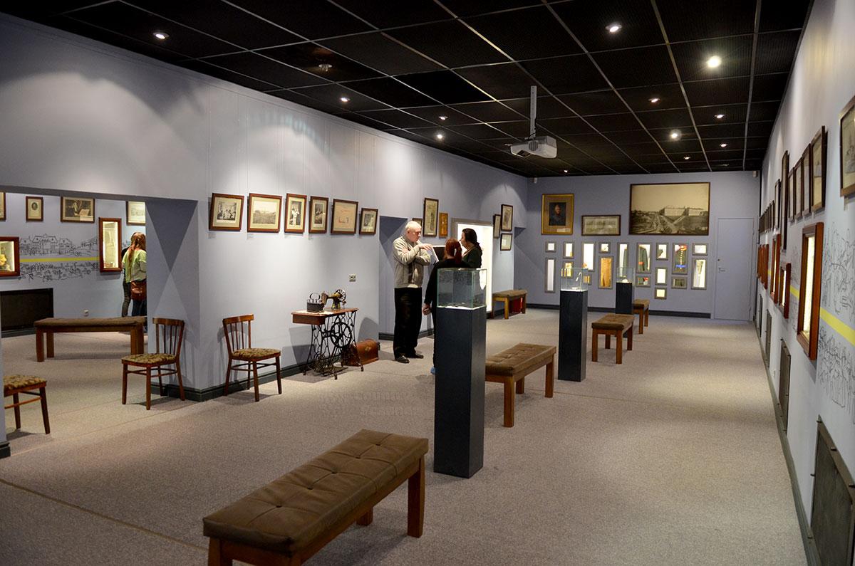 Панорама залов постоянной экспозиции музея Лефортово. Контрастное оформление полового покрытия и стен светлых тонов при черных потолках и постаментах для экспонатов создает единую цельную картину.