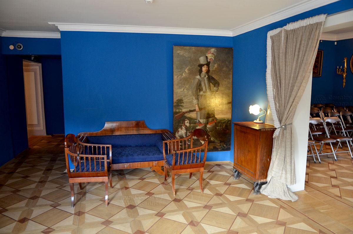 Музей Алексея Толстого, противоположная часть помещения. Другой комплект похожей мебели и больших размеров красочное изображение старинного охотника.