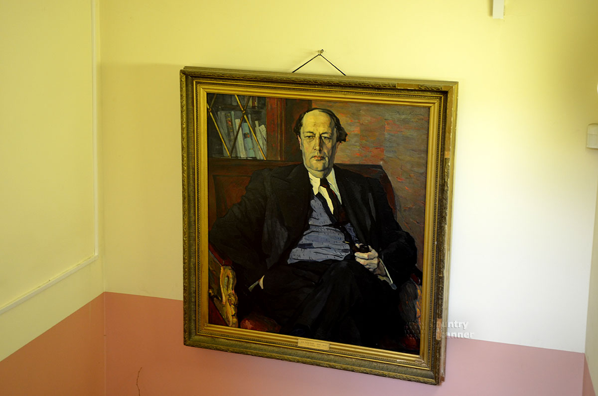 На лестничной площадке музея Алексея Толстого помещен один из портретов знаменитого писателя работы известного художника, лауреата Ленинской премии Корина.