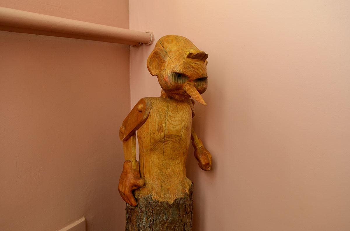 Под портретом писателя в музее Алексея Толстого размещена деревянная скульптура, выполненная из торцевой части стоящего бревна. Это известный всем с детства Буратино, герой самой известной из многочисленных сказок писателя.