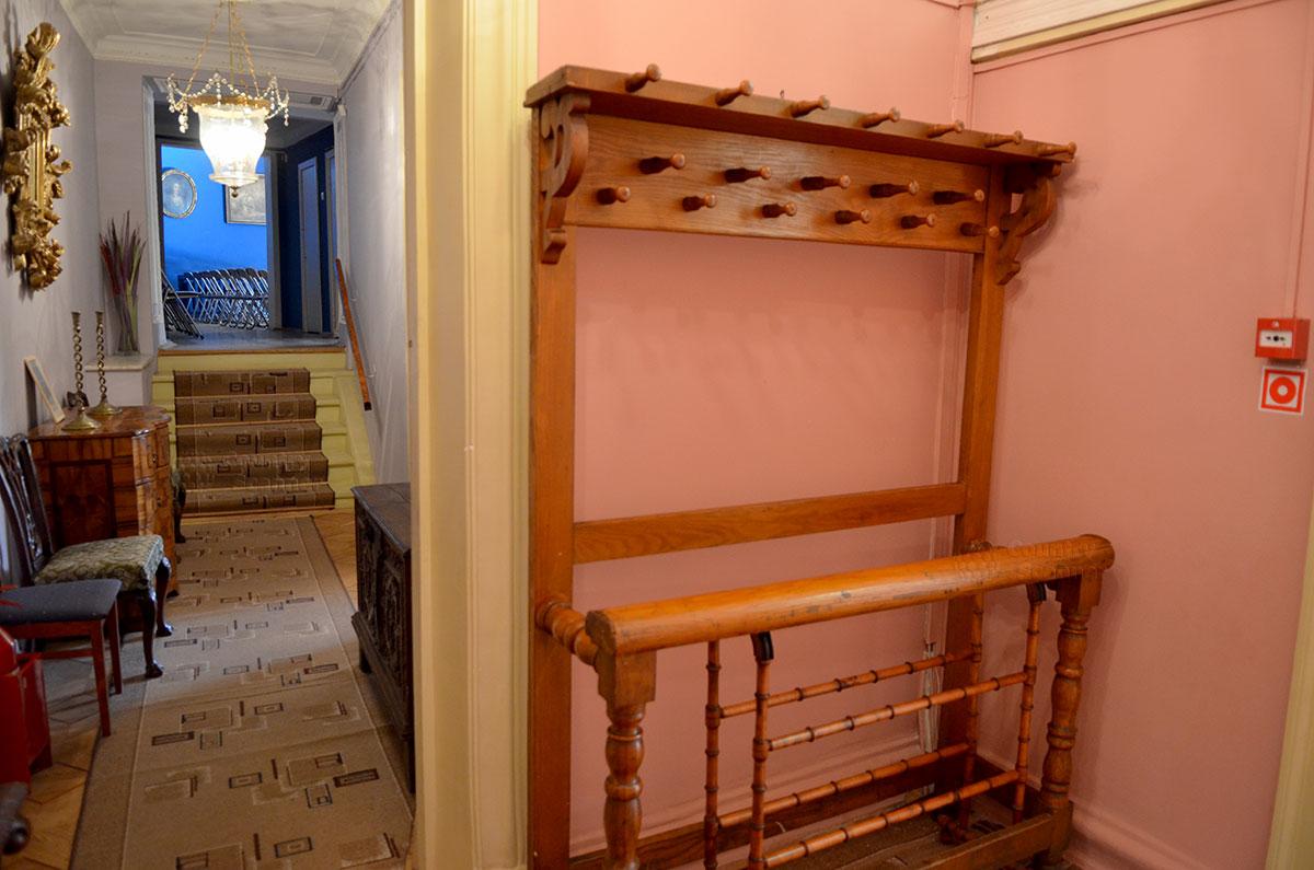 Музей Алексея Толстого предлагает оставить верхнюю одежду и головные уборы на вместительной деревянной вешалке, Здесь же можно разместить намокшие зонтики или трости.