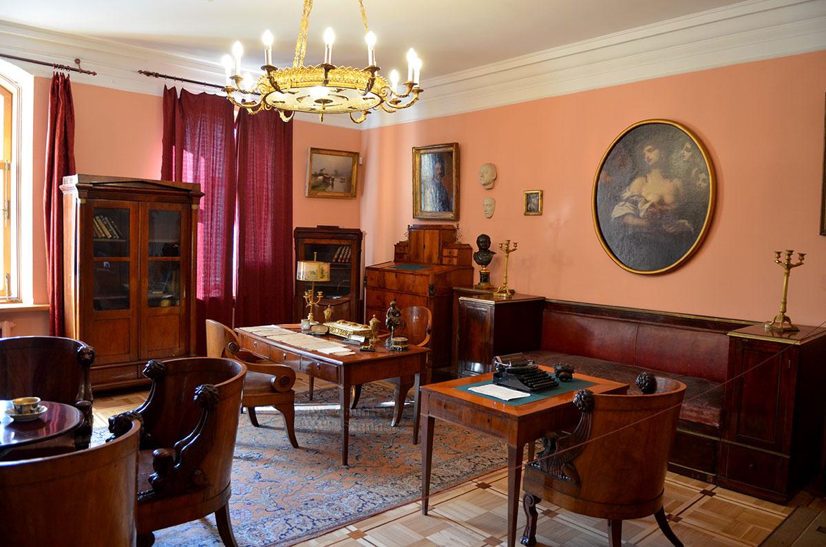 Музей Алексея Толстого, рабочий кабинет писателя. Меблировка по принципу четырех столов, придуманному писателем – стол для чтения и отдельный с пишущей машинкой, кафедра для письма стоя и круглый столик у камина.
