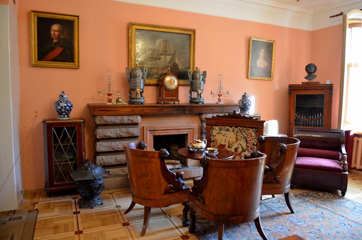 Противоположная стена рабочего кабинета в музее Алексея Толстого с действующим камином, сооруженным по просьбе писателя. Повсюду в кабинете предметы из многочисленных и разнообразных коллекций Толстого.