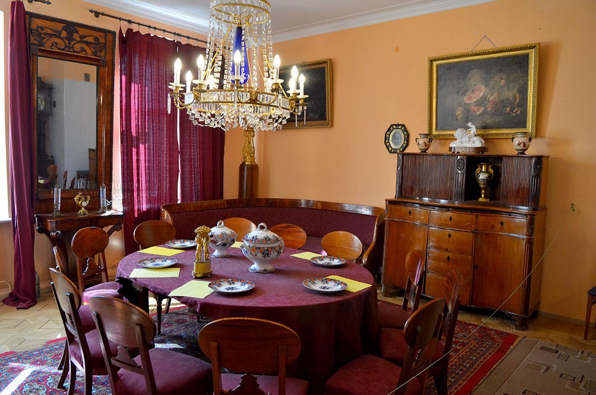 Большой зал музея Алексея Толстого, выполняющий функции и столовой, и гостиной. Украшения и антикварные предметы столь же многочисленны, как и в кабинете.