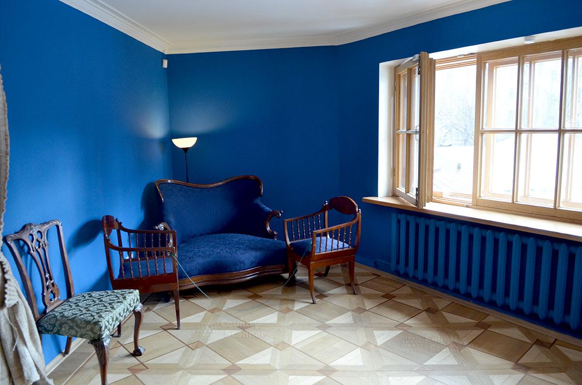 Бывшая спальня писателя в московском музее Алексея Толстого, в суженной части одного из помещений флигеля. Сейчас используется для показа антикварной мебели.
