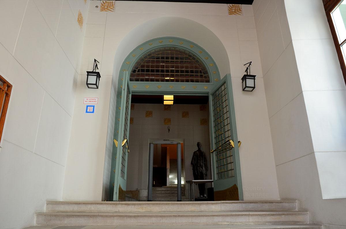 Промежуточные двери входной группы музея МХАТ. Снова элементы деревянной решетки в квадратную клетку, как и на входе в здание.