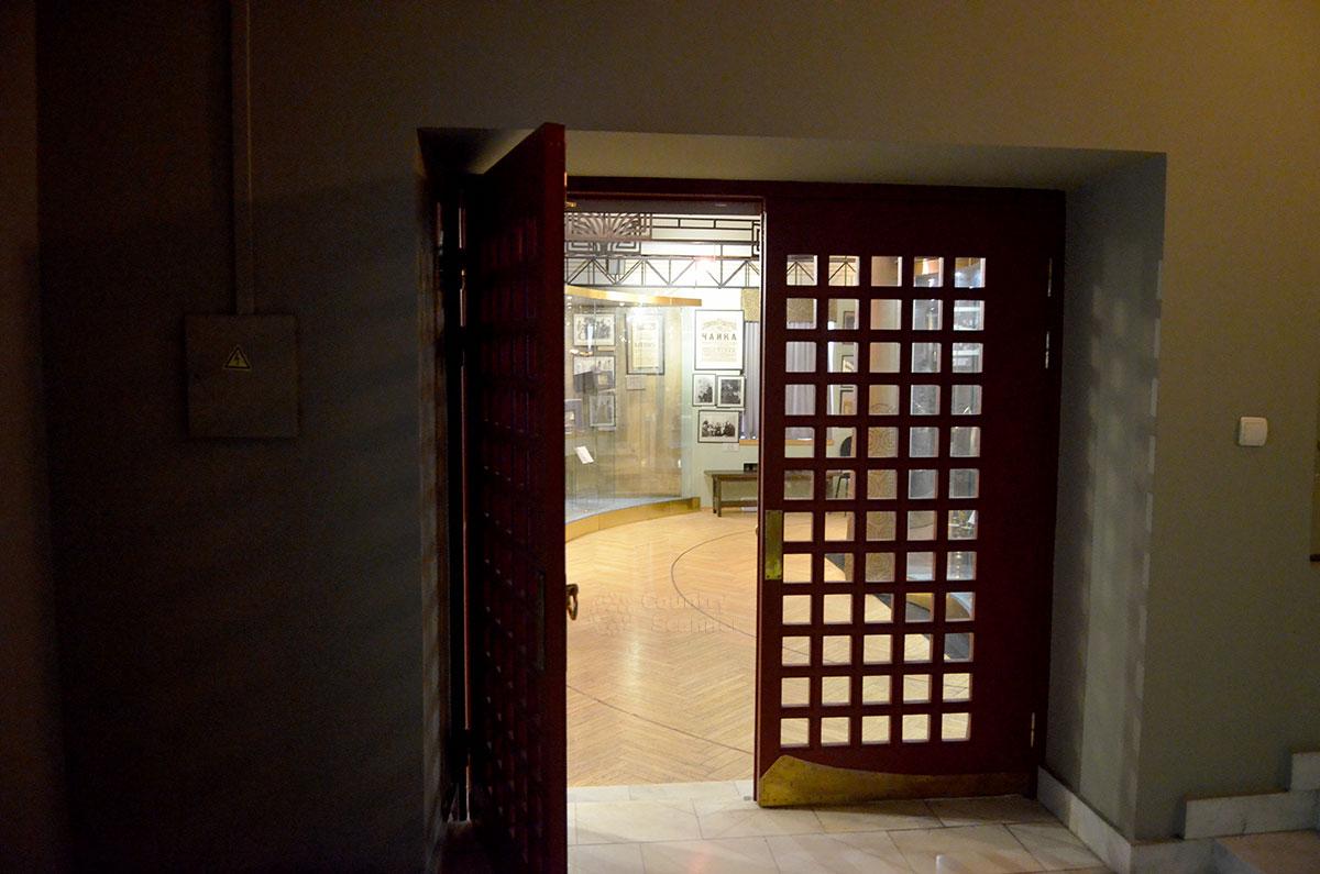 Двери непосредственного входа в залы музея МХАТ, расположенные последовательно в виде анфилады помещений. И опять те же решетки, почему-то полюбившиеся оформителям.