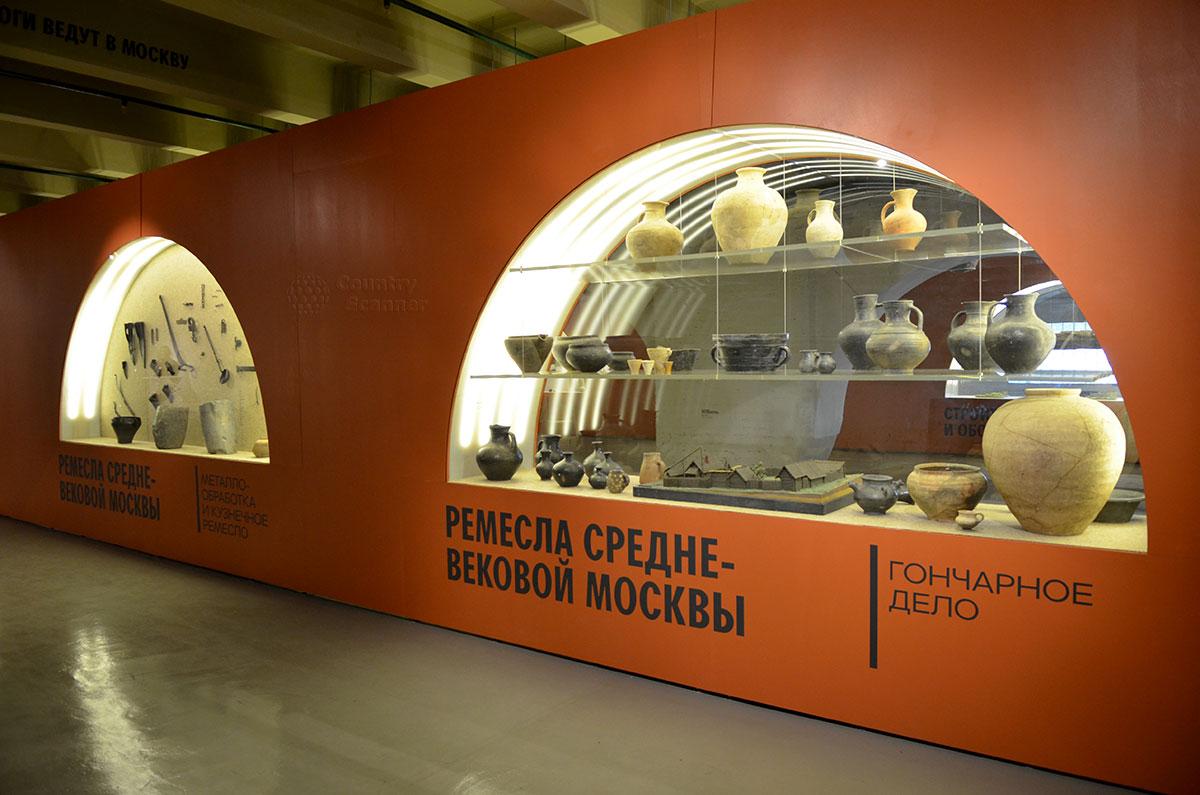 Витрина гончарного мастерства музея Москвы демонстрирует множество образцов посуды различного размера и всяческих емкостей.