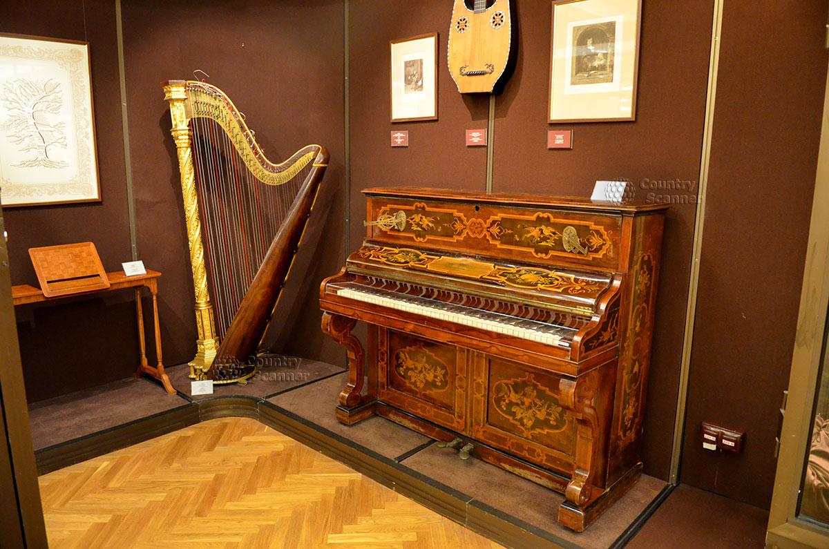 Музей Глинки представляет антикварные экземпляры музыкальных инструментов. На пьедестале – великолепная концертная арфа, пианино в уникальном инкрустированном корпусе.