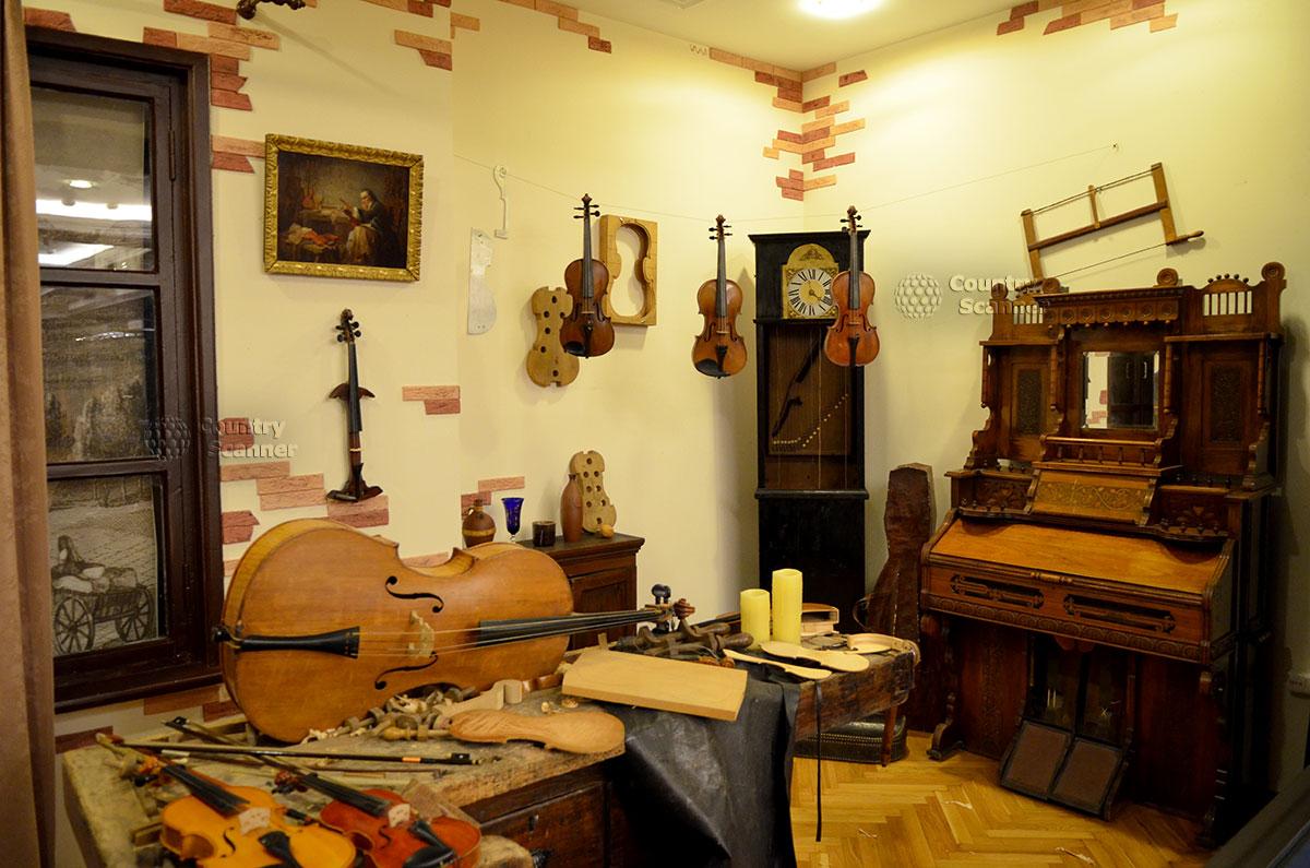 Общий вид помещения скрипичной мастерской в музее Глинки. Деревянные заготовки скрипичных корпусов различных размеров и степени готовности, другие детали скрипок.