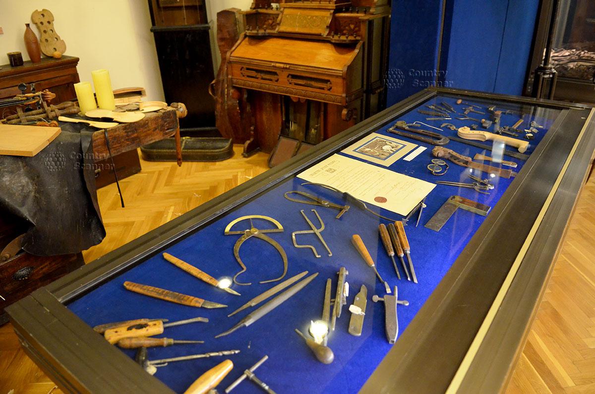 В музее Глинки воссоздан интерьер старинной мастерской по изготовлению скрипок и подобных музыкальных инструментов. Многочисленные измерительные, столярные и слесарные инструменты на верстаке мастера.