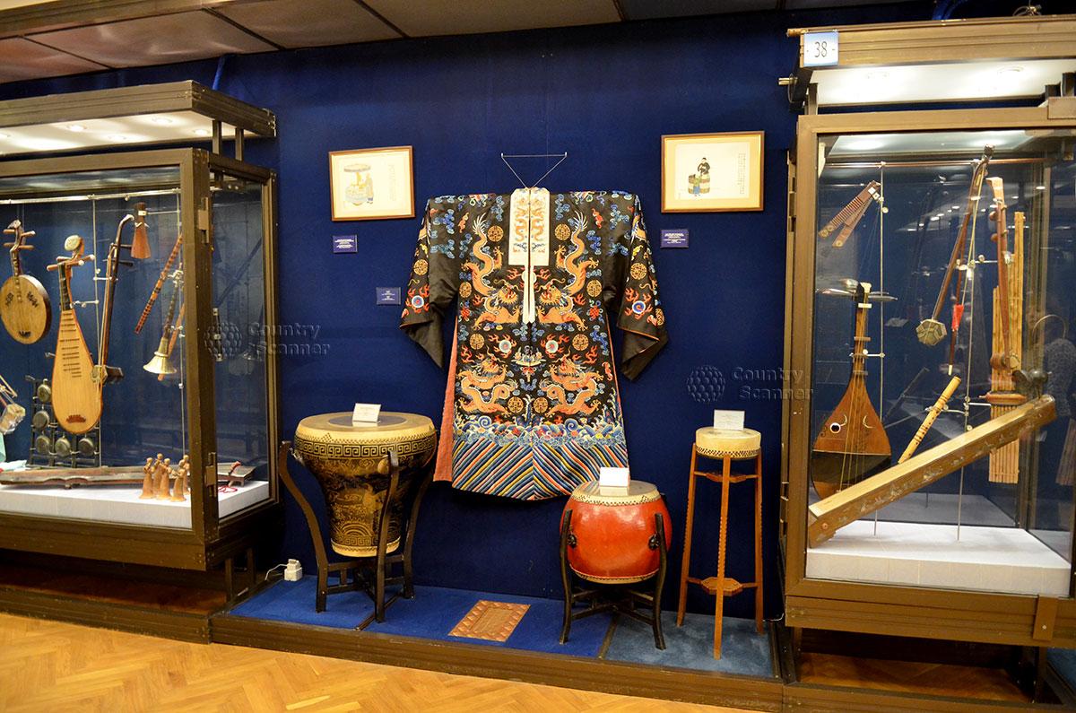 Японские музыкальные инструменты в музее Глинки экспонируются в одной витрине с национальной одеждой. Живописны и инструменты, и красочные одеяния.