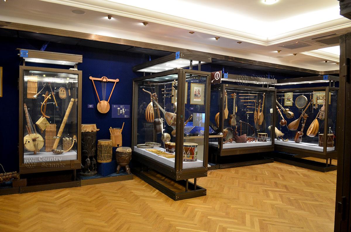 Экспозиция синего зала музея Глинки представляет восточные музыкальные инструменты разных стран. Выставлены старинные инструменты всех существующих типов.