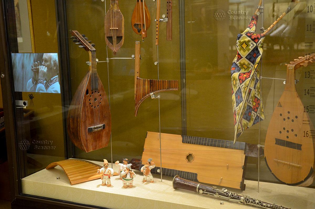 Комплекс музыкальных инструментов различных типов в витрине музея Глинки. Здесь и простейший ударный ксилофон, ряд струнных – смычковых и щипковых. Оригинальный вариант волынки.