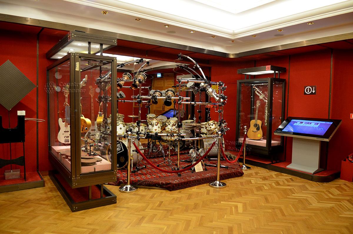 Еще один редкостный экспонат музея Глинки – фрагмент самой большой в мире ударной установки из множества барабанов с уникальной педалью управления ударами.
