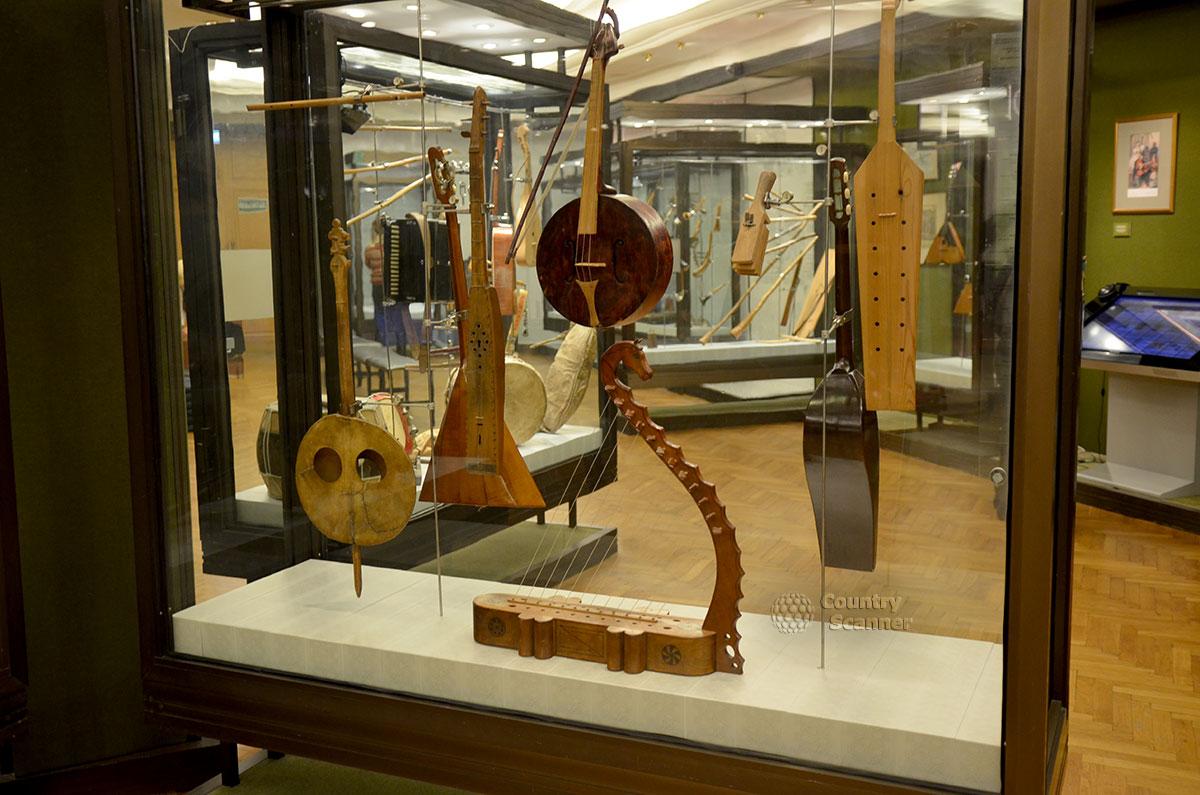 Музей Глинки выставляет образцы старинных струнных инструментов европейских стран. Обращает на себя внимание реставрированная скифская арфа оригинальной конструкции.