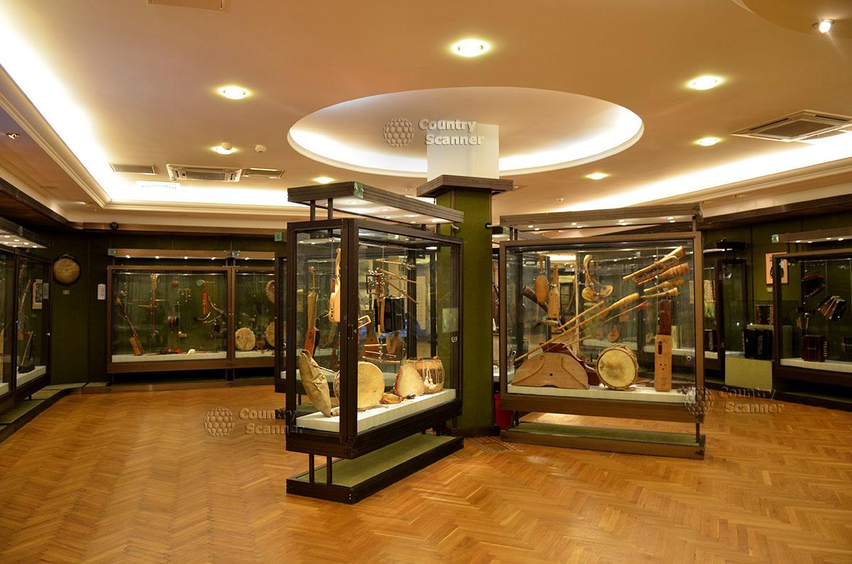 Музей Глинки, общий вид экспозиции зала музыкальных инструментов народов европейских стран раннего исторического периода.
