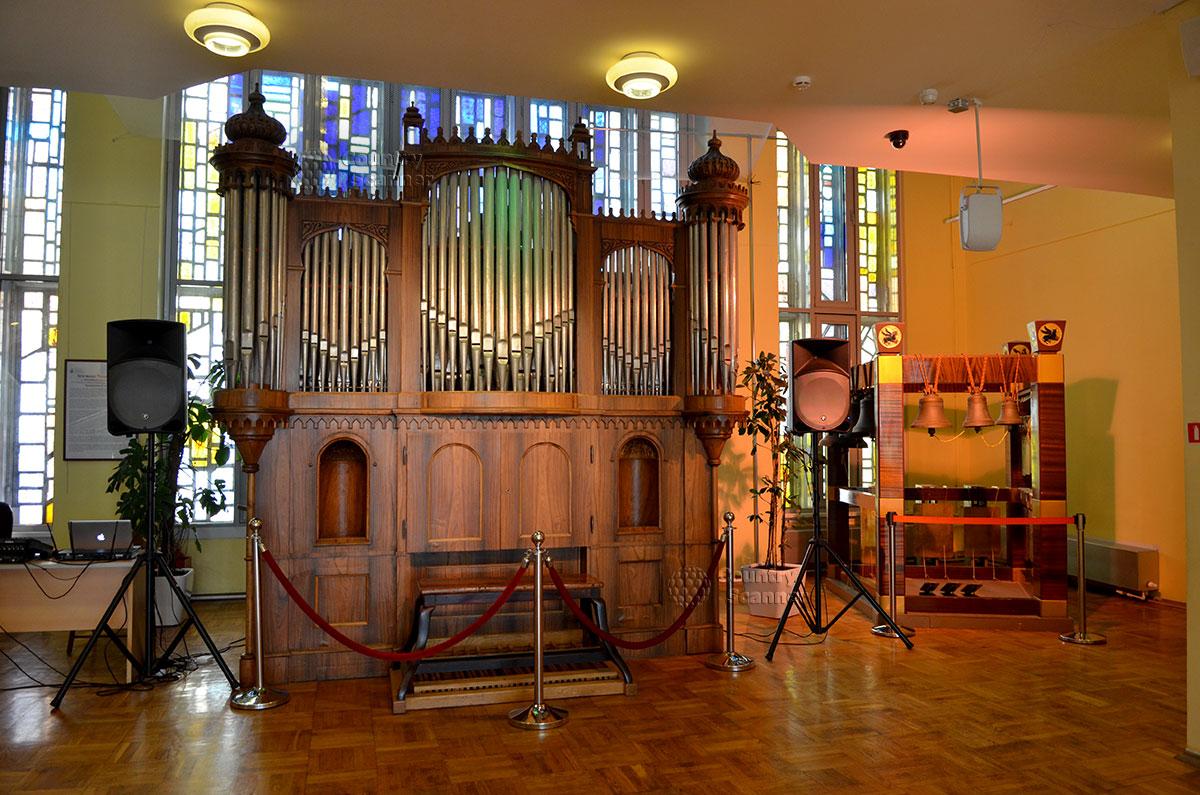 Единственный действующий орган немецкого мастера, восстановленный эстонским органистом. Инструмент используется в музее Глинки для концертов и показа внутреннего устройства.