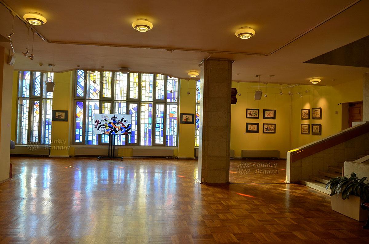 Холл второго этажа музея Глинки украшен замечательным витражом в оконных проемах. Снаружи этот приметный элемент служит визитной карточкой здания.