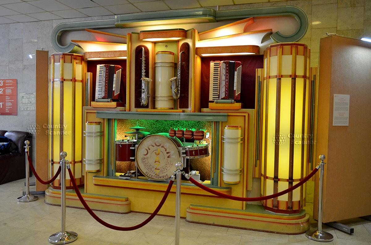 Музей Глинки демонстрирует редкий европейский оркестрион – механический инструмент, имитирующий звучание целого ансамбля. Такие использовазись на танцевальных мероприятиях вместо живой музыки.