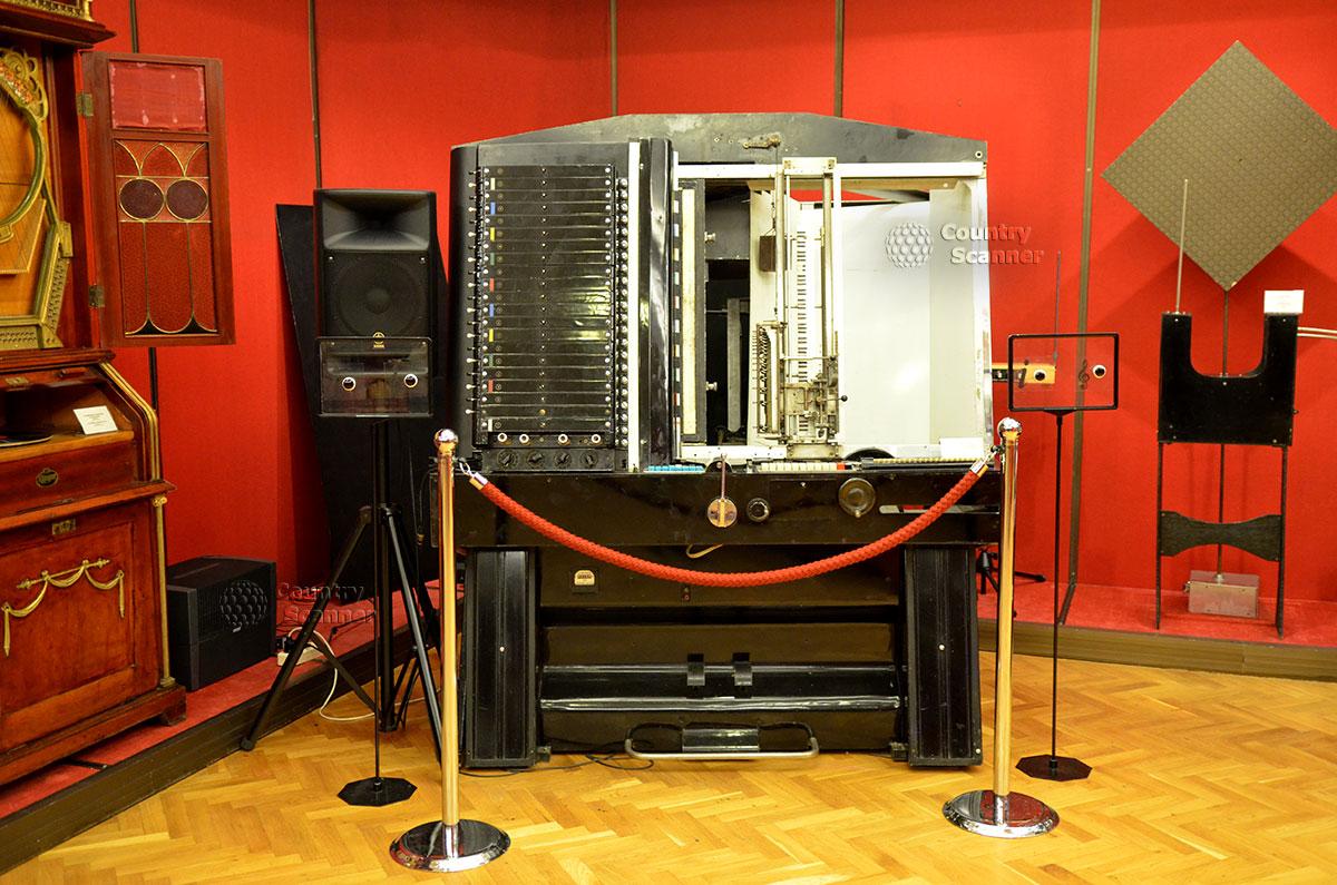 Уникальный экспонат музея Глинки – первый синтезатор музыки, придуманный российским ученым Мурзиным. Знатокам кино его звуки знакомы по фильмам.