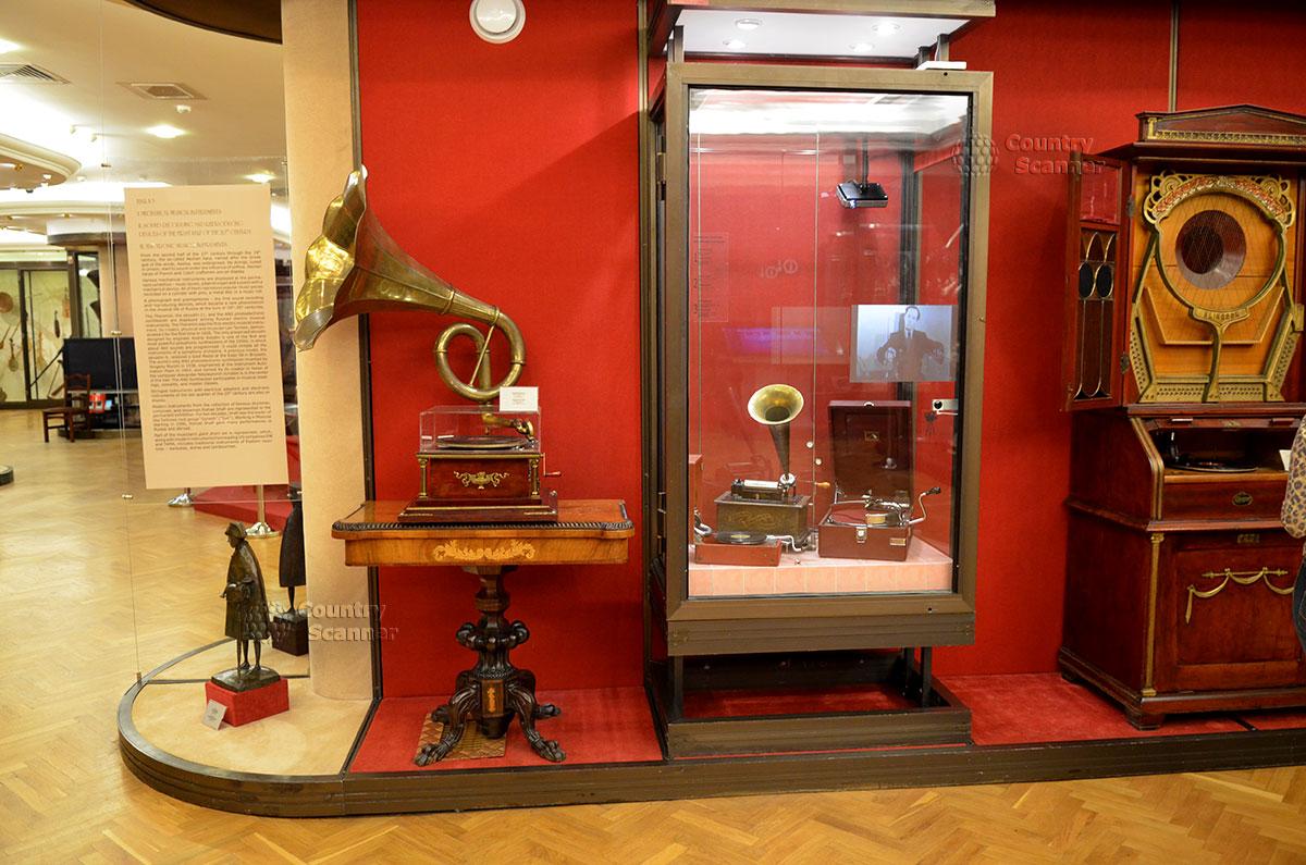 Музей Глинки знакомит своих посетителей с образцами старинных устройств для записи и воспроизведения музыкальных произведений.