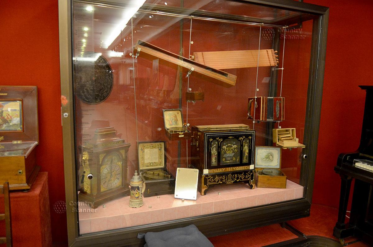 Стенд с музыкальными инструментами различных групп в музее Глинки. Привлекает внимание посетителей механическое устройство – шарманка, используемая средневековыми бродячими музыкантами.
