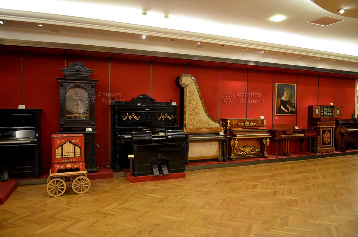 Ретроспектива старинных музыкальных инструментов типа фортепьяно и фисгармоний – внешне схожих, но принципиально по-разному устроенных, в московском музее Глинки.
