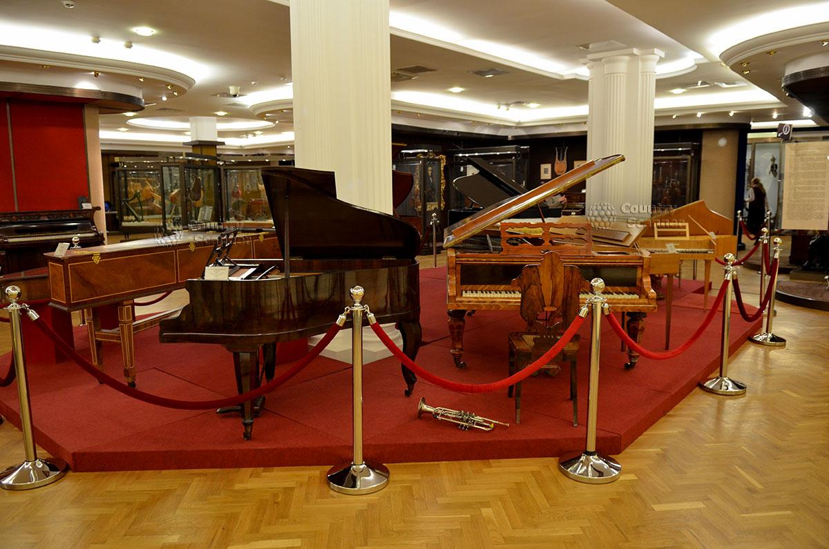 Различные модификации фортепьяно представлены в зале музея Глинки. Вариант с горизонтальным расположением струн, который мы знаем как рояль.