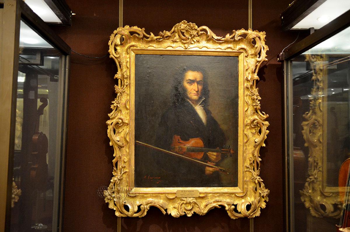Экспозиция скрипок музея Глинки украшена живописным портретом величайшего скрипача в истории музыки – знаменитого генуэзца Никколо Паганини.