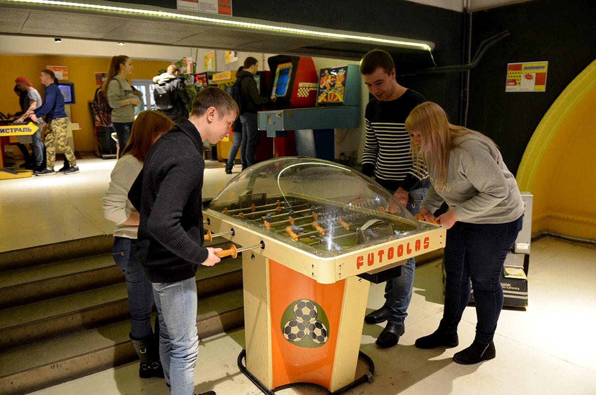 Коллективный характер настольного футбола в музее советских игровых автоматов привлекает целые компании посетителей.