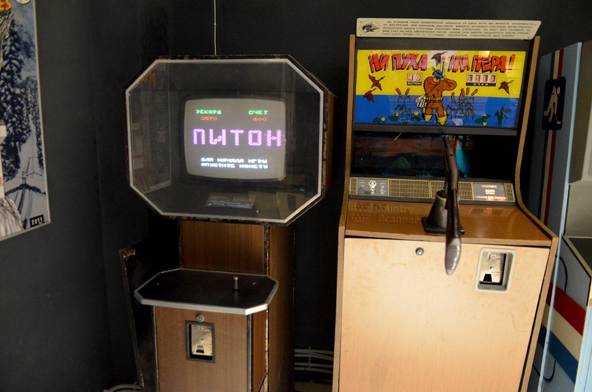 Первое устройство на компьютерной основе в музее советских игровых автоматов – игра Питон на основе программы Фотон. Рядом одно из устройств для имитации охоты, в данном случае на уток.
