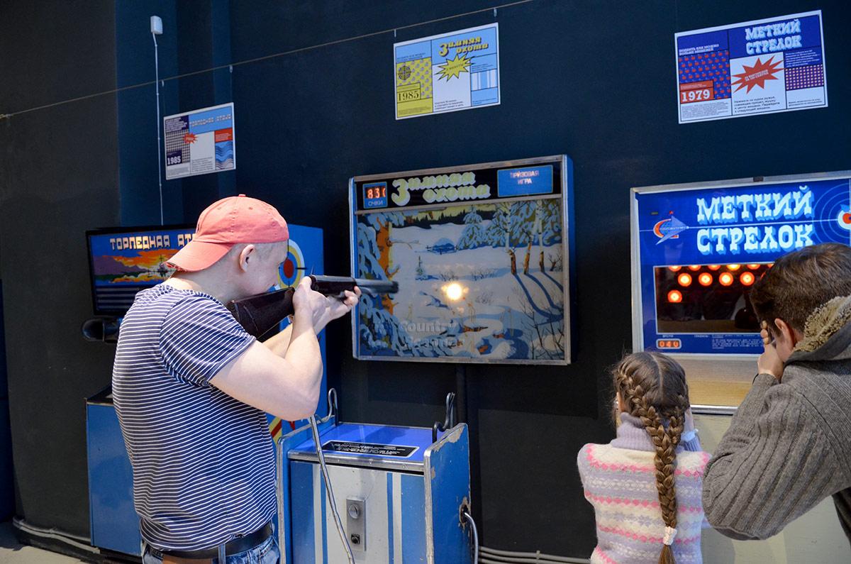 Автомат Торпедная атака представляет собой усовершенствованный Морской бой, рассчитанный на участие уже двух человек. Различные имитации стрельбы особенно популярны в музее советских игровых автоматов.