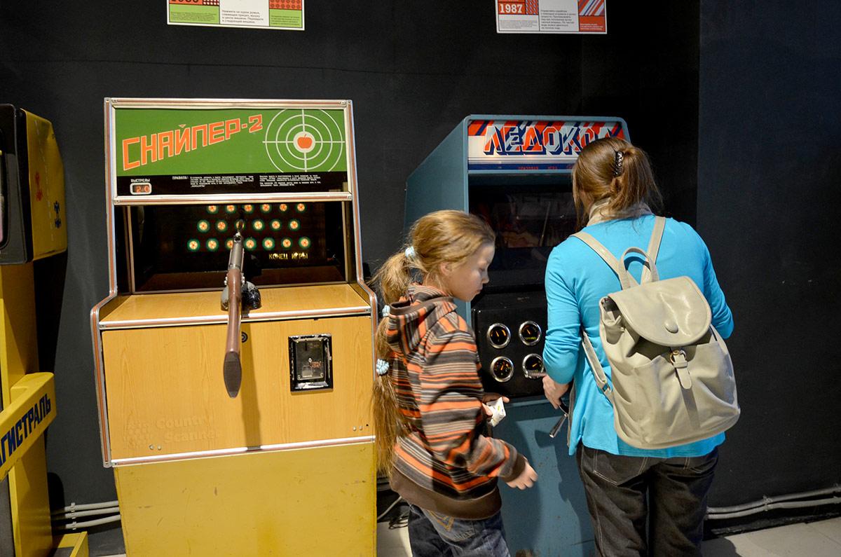 Провести между угрожающих ледяных айсбергов свой корабль предлагает своим посетителям музей советских игровых автоматов. Устройство популярно наравне с автомобильными гонками.
