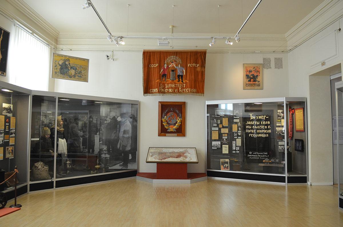 В одном из залов музея современной истории России рассказывается о периоде военного коммунизма, НЭПа и его сворачивания после смерти Ленина.