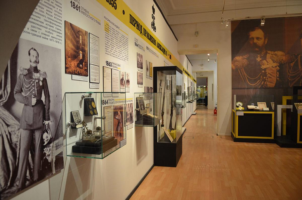 Экспозиция музея современной истории России начинается с эпохи правления последних императоров. Стенд о реформах, проводимых властями во второй половине XIX века.