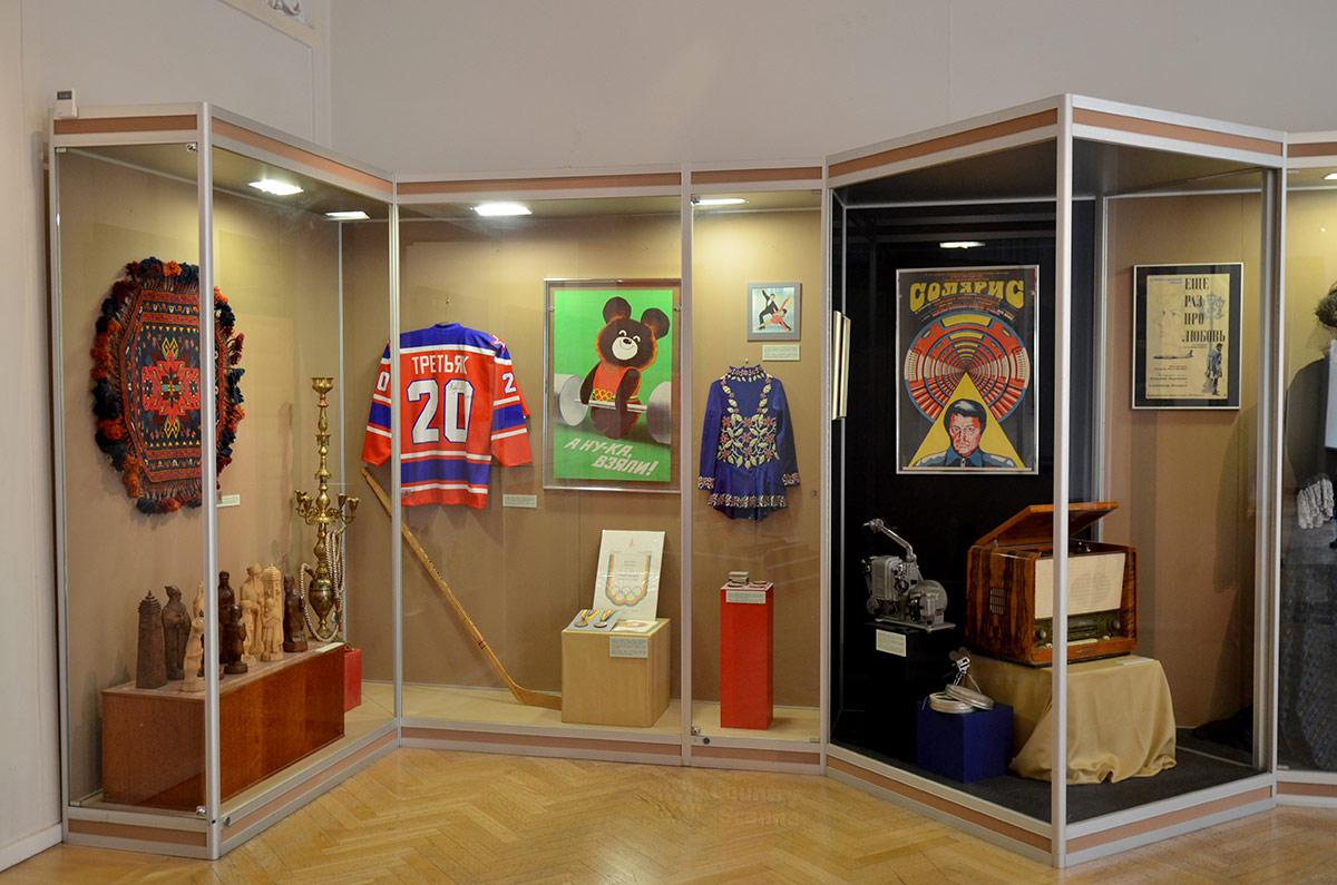 Витрины музея современной истории России рассказывают о народных промыслах, спортивных достижениях и культурной жизни социалистического периода.