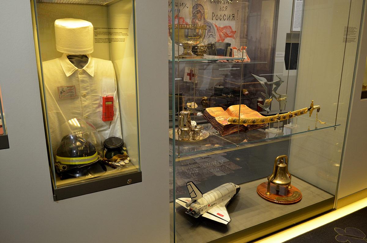 Одна из витрин музея современной истории России демонстрирует макет космического корабля многоразового использования Буран. Рядом стенд о ликвидации аварии на Чернобыльской АЭС, крупнейшей катастрофы в истории атомной энергетики мира.
