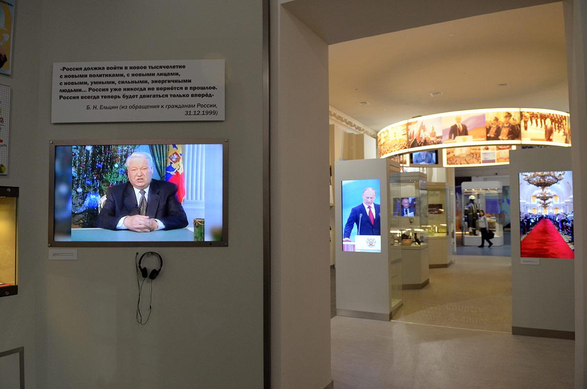 Процедуру добровольной передачи высшего государственного поста комментирует экспозиция музея современной истории России. Ельцин уходит, назначая преемником премьера Путина, который вскоре победил на выборах, придя к власти на продолжительный период.