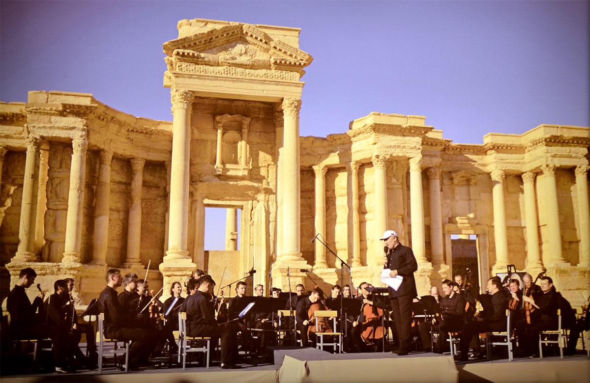 Концерт оркестра под управлением Валерия Гергиева в освобожденной от террористов ИГИЛ сирийской Пальмире – фотография в музее современной истории России.