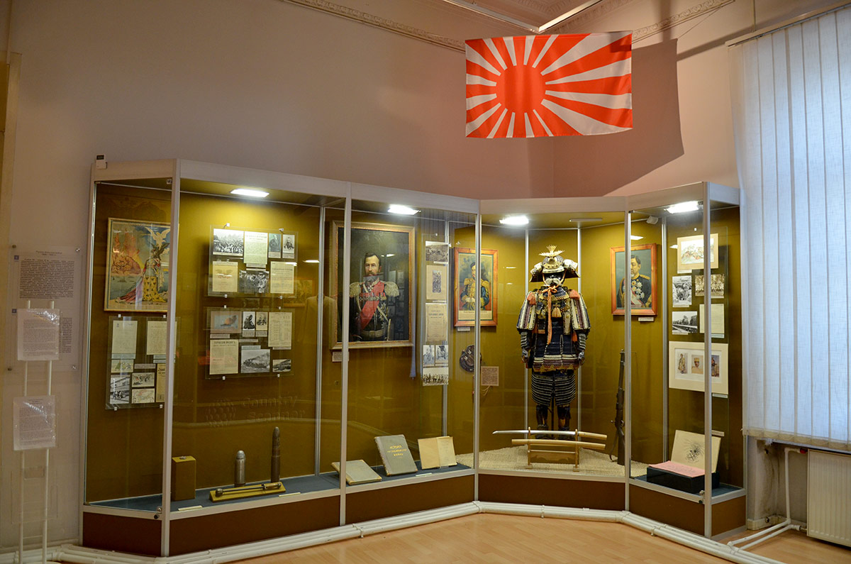 Фрагмент экспозиции о проигранной войне с Японией в музее современной истории России. Флаг японского морского флота, памятные подарки Сталину и Брежневу после поражения во Второй мировой войне.