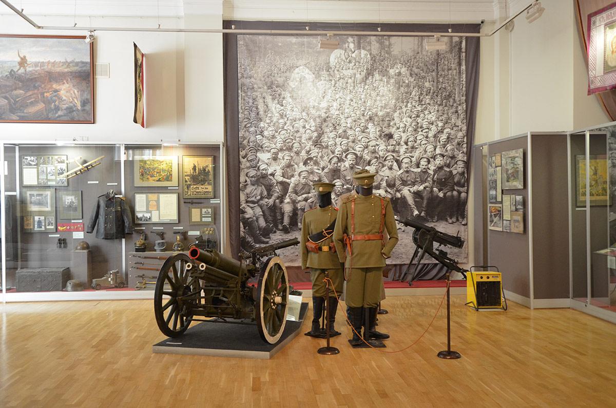 Увеличенная фотография личного состава одного из батальонов российской армии, обмундирование и образцы вооружения в музее современной истории России.