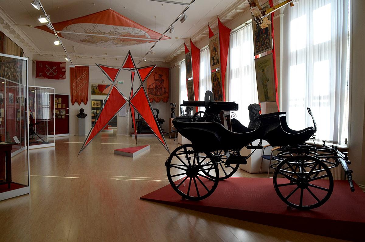 Революционные события 1917 года и Гражданская война представлены в зале музея современной истории России. Грозная пулеметная тачанка Первой конной армии, гроза белогвардейских войск.