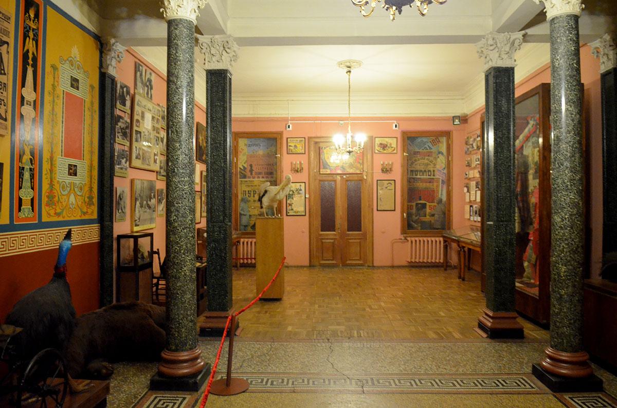 """Музей театра """"Уголок дедушки Дурова"""". Многочисленные афиши и старинные фотографии."""